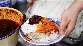 陕西特色米皮,9元一碗是菜又是饭,蘸红油姿势最特色!看着过瘾