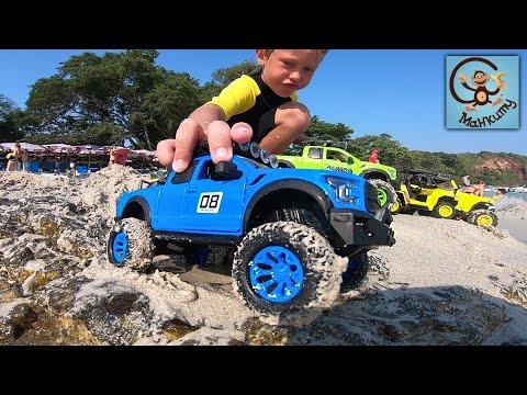 Дети и машинки игрушки. Даня и Диана распаковывают машинки игрушки и играют с ними в песке. Манкиту