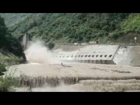 شاهد: إنقاذ عجوز عالق وسط تيار مائي عنيف باستخدام رافعة في سيتشوان الصينية…  - نشر قبل 17 دقيقة