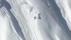 Un skieur fait un backflip pendant une avalanche
