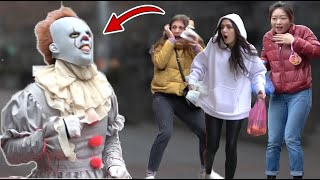 PENNYWISE  SCARY PRANK  -  Pennywise Jumps out of Gift box