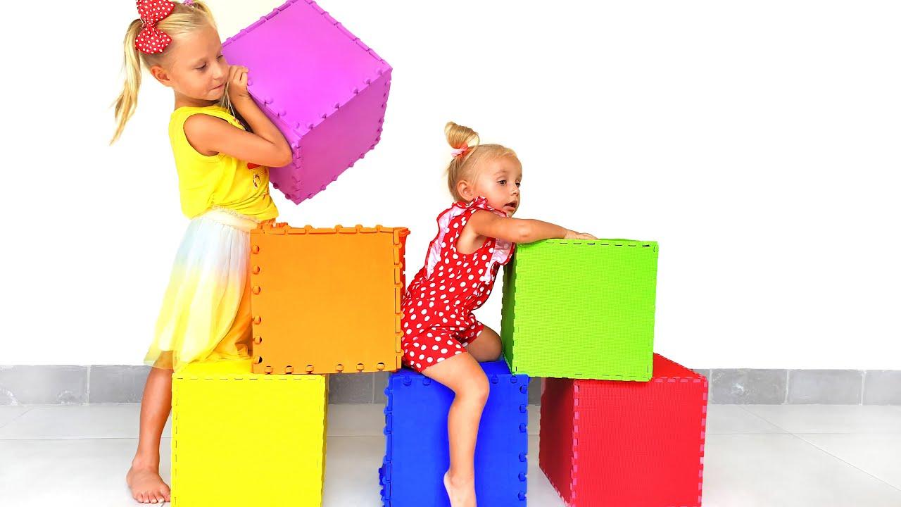 Дети открывают коробки с игрушками