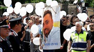 شاهد: سكان بلدة إيطالية يشيعون جثمان ضابط شرطة قتل على يد شابين أمريكيين …