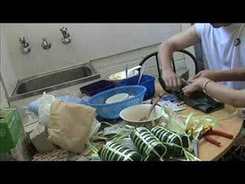 Gói bánh Tét và nấu bằng nồi áp suất