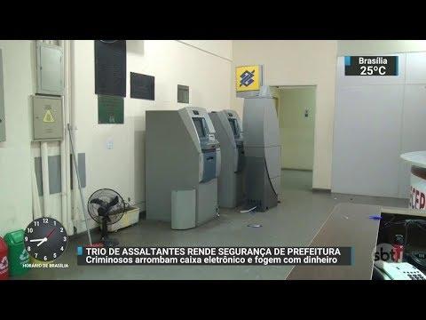 Bandidos assaltam caixas eletrônicos dentro de prefeitura na Grande SP | SBT Brasil (04/11/17)