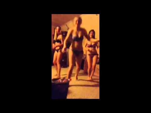 Девушки в купальниках трясут попой, жену брюнетку сняли на улице русская порнуха
