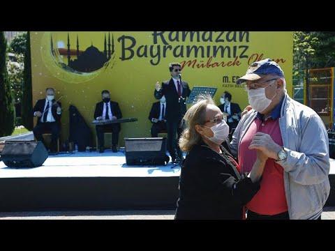 شاهد: كبار السن يحتفلون بعيد الفطر في حديقة في اسطنبول  - نشر قبل 7 ساعة