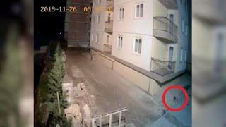 Le telecamere di sicurezza un negozio a shëngjin (san giovanni medua, albania), un'ora da durazzo, hanno ripreso in diretta il momento della scossa t...