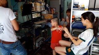 Minh Quân TV - Minh Quân tạo dáng khi xem video đám cưới dì Diệp