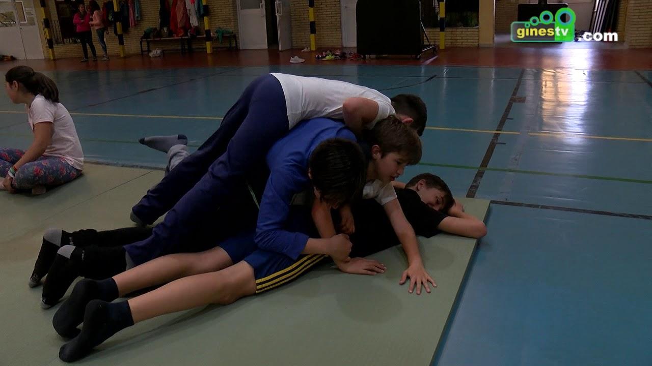 Escolares de Gines se inician en diferentes deportes en el Pabellón Cubierto Municipal