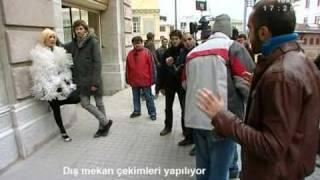 Kemal Doğulu feat. Hande Yener-Bir Yerde Kulis dinle ve mp3 indir