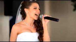 Невеста поет песню на свадьбе