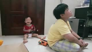 Baby Laughing funny video - Em bé cười sặc sụa, nắc nẻ