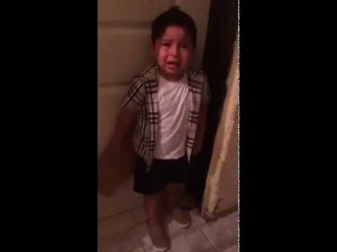 Niño llora por ver (VIEJAS ENCUERADAS DESNUDAS) y su mama no lo deja