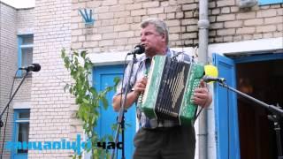 Уроженец деревни Локтыши Александр Ленковец поет песни под свои мелодии и стихи