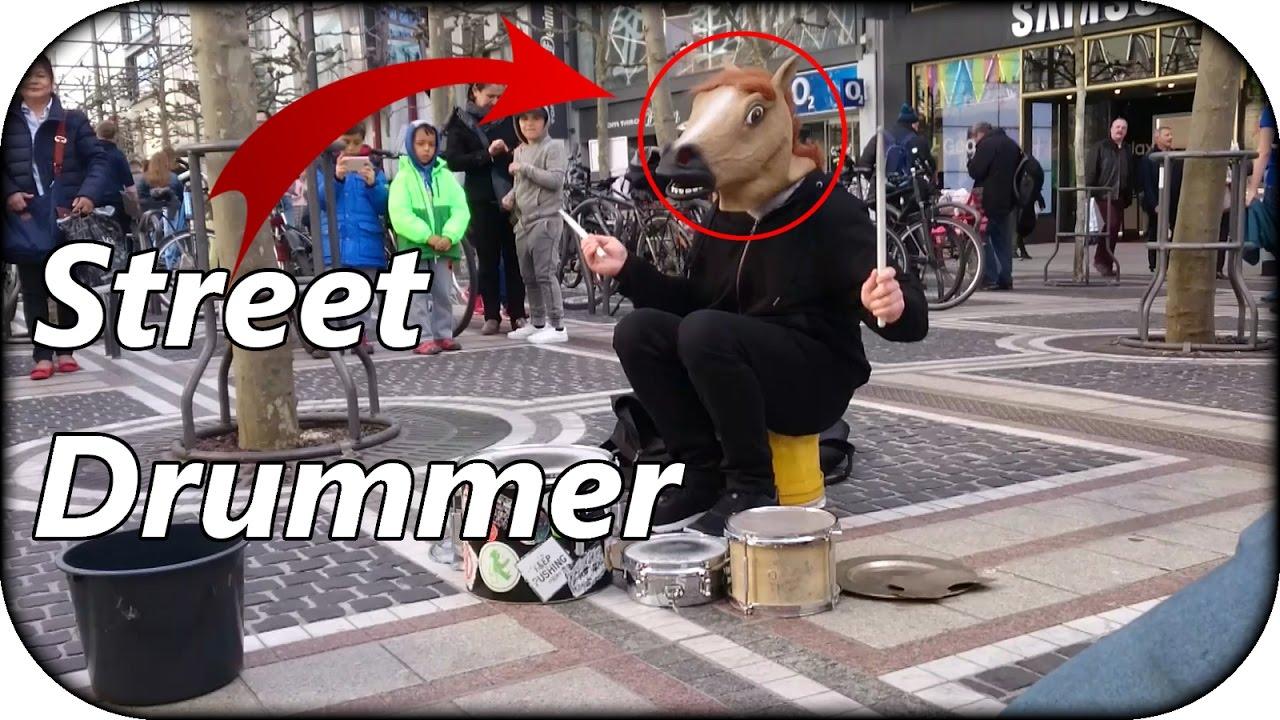 street drummer in frankfurt - pferd trommelt auf der zeil in ffm