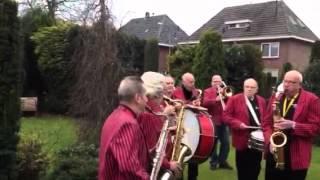 Antjes show orkest geeft verrassings serenade om 8.00 smorgens