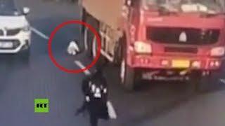 Un bebé se salva de milagro tras precipitarse a una autopista