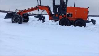 Автогрейдер ГС-14.20П в поле на рыхлом снегу (ч.3)(Ссылка на наш сайт - http://www.motor-grader.com/ Автогрейдер среднего класса ГС-14.20П на базе УРАЛ с подключаемым передни..., 2017-02-26T14:00:13.000Z)