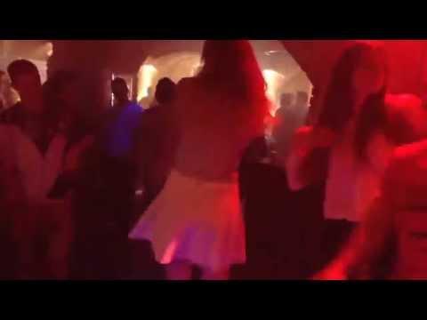 Dos chicas en El club de Letonia