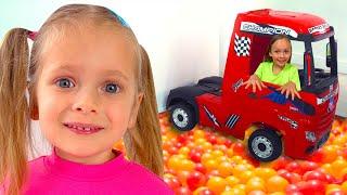 Maya y la historia del Suelo de lava + otras historias con juguetes para niños