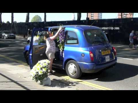 Hilarious: woman with a much too large flowerplant finding a taxi after Chelsea Flowershow 2012!