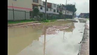 Lo que parece un pantano es una calle en Bogotá que se volvió insegura por inundaciones