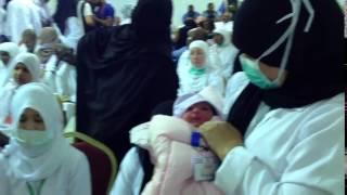 شاهد..أول مولودة على جبل عرفات