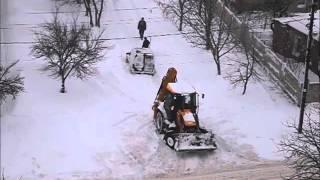 Машина буксует в снегу, нереальные сугробы. Застряли две машины. Девушка толкает автомобиль.(Погода не на шутку разбушевалась этой ночью, да так, что народ утром не попал на транспорт, а шел к метро..., 2016-01-18T10:01:52.000Z)