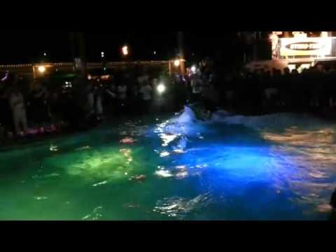 Jugando con la moto de agua en la piscina youtube for Agua de la piscina turbia