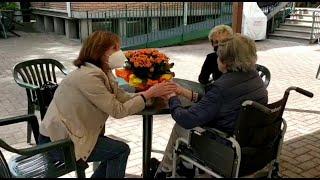 Bologna, tornano gli abbracci (veri) nelle Rsa: