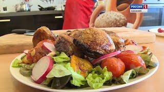 Муж на кухне. Жареное на сковородке мясо с карамелизованными помидорами, печёным перцем и редиской.