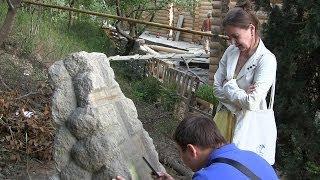 В Ялте, дома строят и на кладбище!