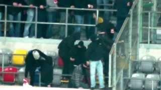 Repeat youtube video Fortuna vs 1. FC Köln Randale im Block und Leuchtraketen Teil 1