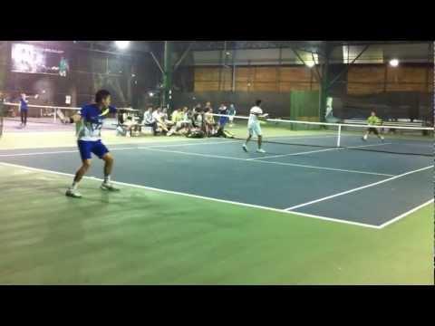 Trương Quang Vũ chơi tennis bằng ghế gỗ