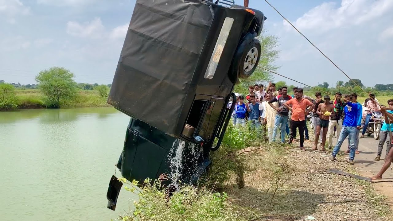 Accident of Mahindra Thar 4x4 Jeep Jumped into the Lake Rescued by Escort Hydra