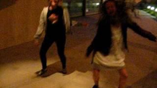 Sa y Ali bailando y cantando Baby