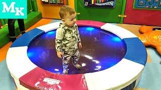 Малыш играет в Детском Развлекательном центре. Видео для детей