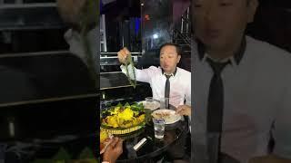 Cak prawito sera sedang makan diganggu teman musisi SERA yg lain
