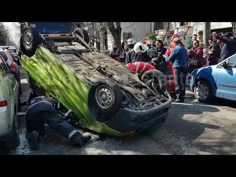 Accident rutier spectaculos în Constanța, pe strada Constantin Brătescu. O mașină s-a răsturnat. O v