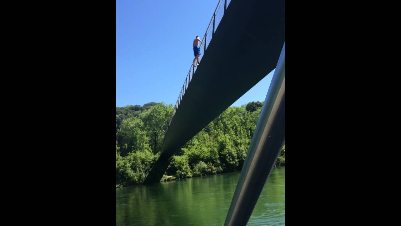 Mann Springt Von Brücke