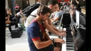 神業!! フランスで偶然出会った旅行客のピアノ二重奏が美しすぎる