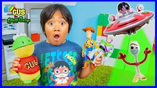 Toy Story 4 Pretend Play with Gus the Gummy Gator