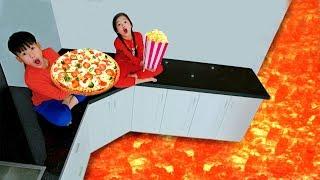 Кей притворяется, что играет готовит пиццу в игрушках на кухне