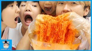마지막 사람은 다 먹어야 한다?! 여름에는 비빔면 의리 게임 (배고픔주의ㅋ) ♡ 인기 라면 먹방 놀이 hot noodle mukbang | 말이야와친구들 MariAndFriends