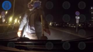 Страшный клоун с вантузом напал на машину петербуржца в Купчине