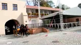 Uczestnicy Hubertusa na zamkowym dziedzińcu  4.10.2014 r.