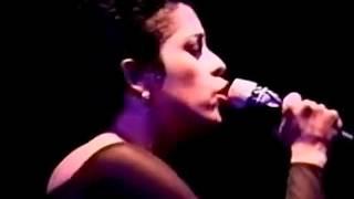 Eugenia Le¢n canta Nos ca°mos juntos en El H†bito