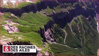 Impressionnantes falaises et cascades au cirque du Fer--Cheval