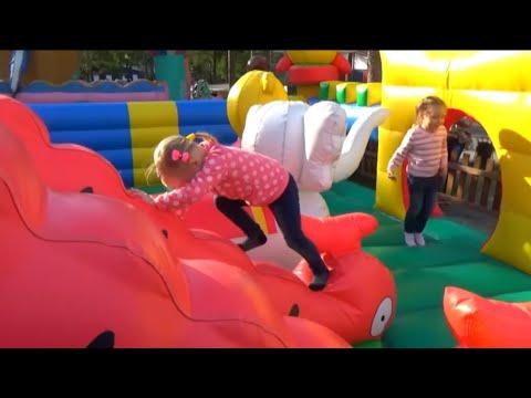 Смотреть Алиса играет в парке с любимыми игрушками для детей онлайн